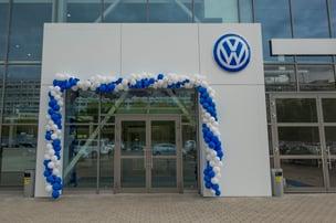 balloons at VW dealership